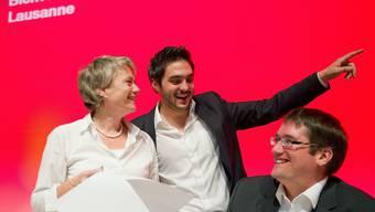 Cédric Wermuth (m.) weist Jacqueline Fehr und Christian Levrat den Weg.