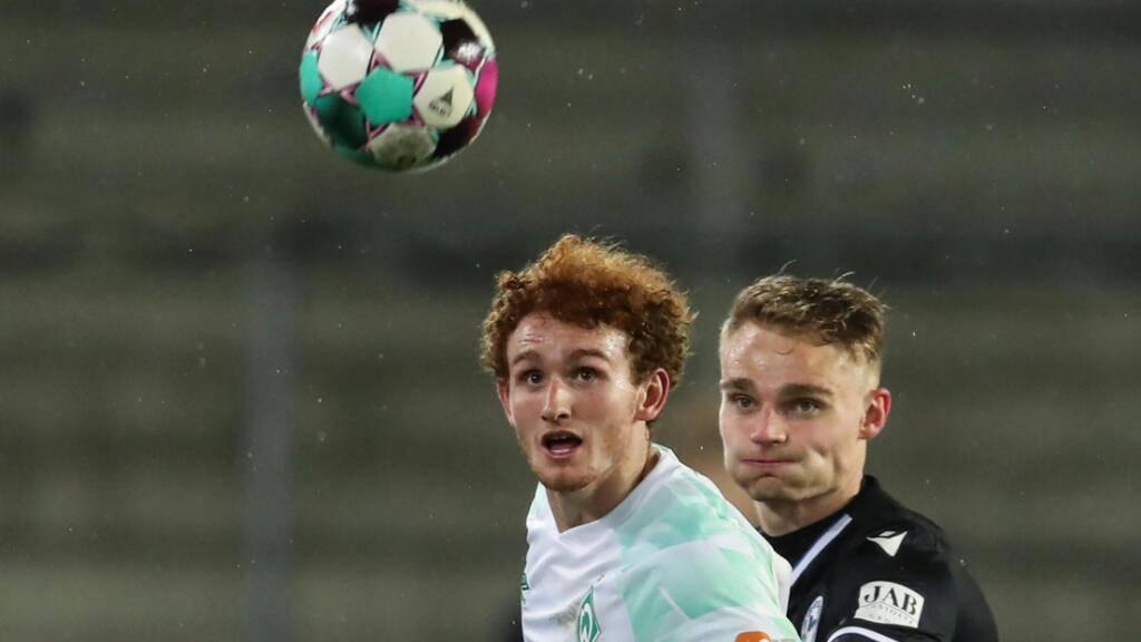 Bremens 1:0-Torschütze Josh Sargent (vorne) im Duell mit dem Bielefelder Amos Pieper