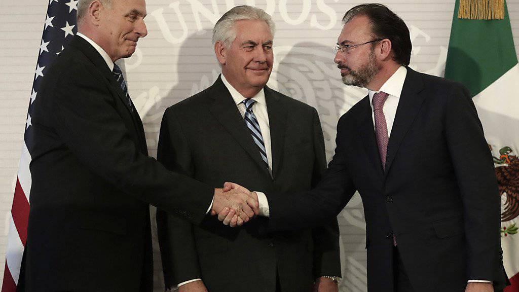 Der mexikanische Aussenminister Luis Videgaray (rechts) begrüsst seinen US-Amtskollegen Rex Tillerson (Mitte) und den US-Minister für Innere Sicherheit John Kelly.
