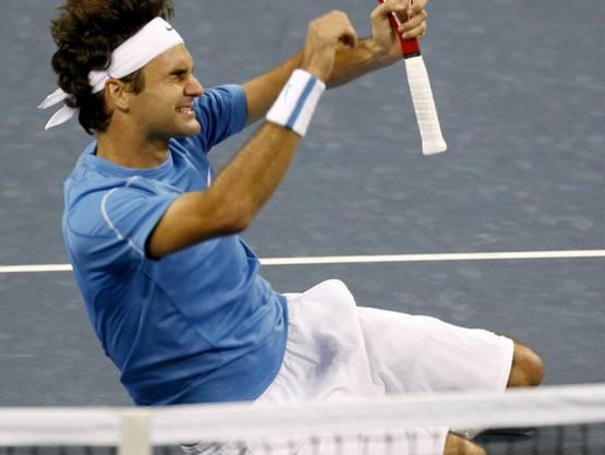 US Open 2006: Federer s. Roddick 6:2, 4:6, 7:5, 6:1 Nach dem letzten Ballwechsel legt sich Roger Federer auf den Boden. «Das war ein grosser Moment in meiner Karriere und ich habe mir gesagt: Jetzt verdienst du es, dich hinzulegen. Das war ein gutes Gefühl, alleine auf dem Boden zu liegen.» Schon von Beginn weg dominiert Federer das Duell klar, schon nach 17 Minuten führt er mit 5:0. Doch Roddick kommt ins Spiel und holt sich den zweiten Satz. Zum spielentscheidenden Moment wird der Satzball im dritten Satz bei Aufschlag von Roddick, Federer holt sich den Satz und später den Turniersieg. Im Publikum sitzt Golfstar Tiger Woods erstmals in Federers Box.
