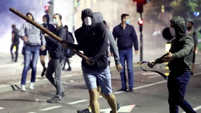 In der serbischen Hauptstadt Belgrad ist es zu gewaltsamen Protesten gegen Corona-Massnahmen gekommen.