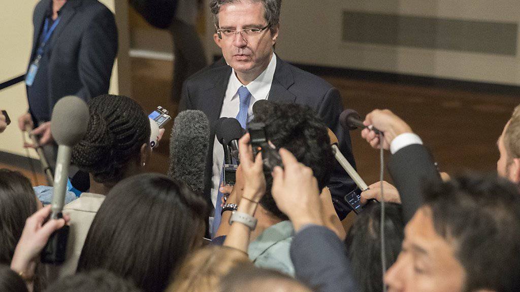 Frankreichs UNO-Botschafter François Delattre sagte vor der Abstimmung: «Härte ist heute unser bestes Mittel gegen das Risiko des Krieges und das Risiko der Konfrontation, um morgen eine politische Lösung voranzubringen.»