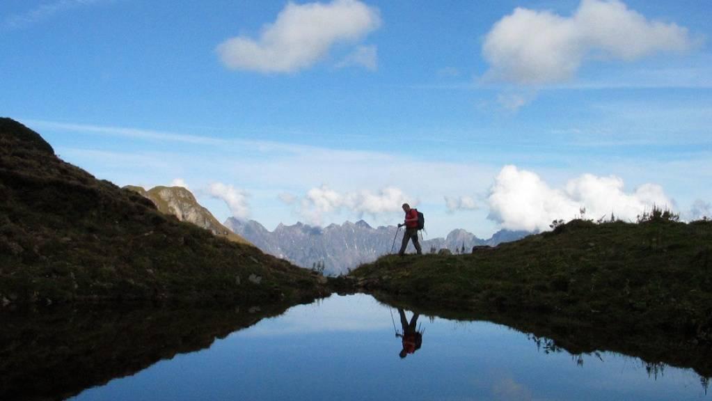 Ein Wanderer in der Nähe des Hochfinslers hoch über Mels im St. Galler Oberland. Damit Wandern trotz erhöhten Naturgefahren durch den Klimawandel sicher bleibt, haben Forscher Studien zum Thema durchgeackert und die Ergebnisse zusammengetragen. (Symbolbild)