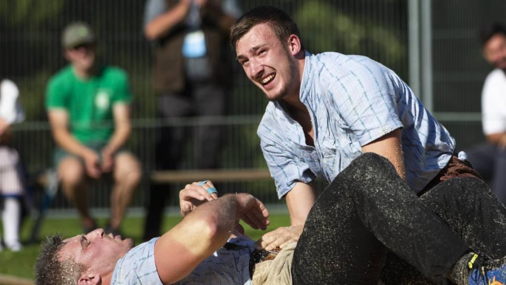 Kein alltägliches Bild: Samuel Giger geschlagen auf dem Rücken, der Gegner - Damian Ott - freut sich