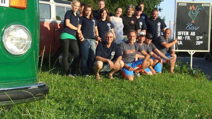 Haben gemeinsam für ein tolles Wochenende gesorgt: Organisatoren, Helfer und Gastgeber vom VW-Bus-Treffen Ottenbach. (Bild Thomas Stöckli)