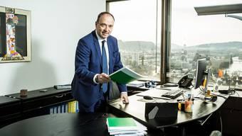 Markus Dieth mit dem Finanzplan: Er will den Aargauer Kantonshaushalt langfristig sanieren.