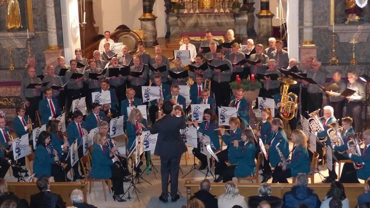 Musikgesellschaft und Männerchor boten in der Kirche in Frick ein stimmungsvolles Konzert.
