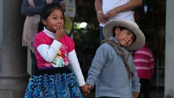 Kinder in Cusco üben einen Volkstanz für das bevorstehende Stadtfest. Die Quechua-Sprache, ein wichtiger Bestandteil der Inka-Kultur, beherrschen aber immer weniger Kinder.