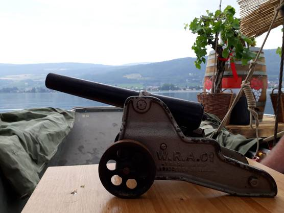 An Bord ist stehts diese kleine Kanone.
