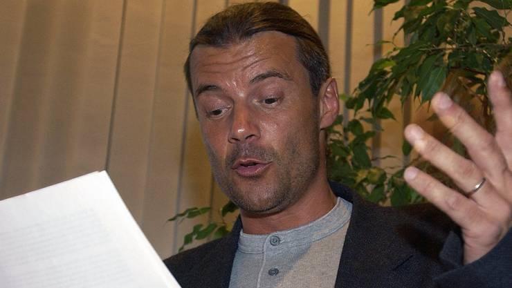 National bekannt wird er, als er am SVP-Parteitag 2002 in Lupfig ein Spottgedicht vorträgt – mit einer Spitze gegen den damaligen Bundesratskandidaten Toni Bortoluzzi. (Symbolbild)