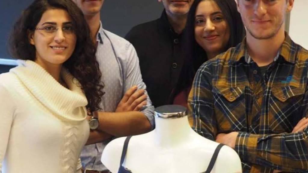 Studierende der ETH Lausanne präsentieren ihren Smart-Bra, den intelligenten Büstenhalter.