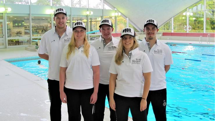 Das fünfköpfige Team der SLRG Baden-Brugg im WM-Dress: Karin Späti und Nathalie Zulauf (vorne v. l.) sowie Manuel Zöllig, Benjamin Thomé, Alwin Baumann (hinten, v. l.).