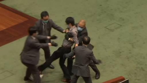 Hongkong: Handgreiflichkeiten im Parlament