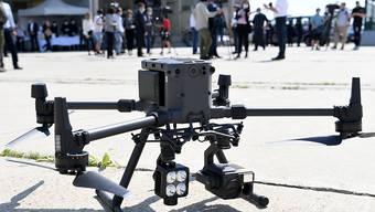 Eine Drohne ist im Rahmen einer Übung zur Grenzsicherung unter Verwendung von Drohnen im Einsatz. Das Land will künftig Drohnen zur Überwachung seiner Grenzen zu Ungarn und Slowenien nutzen. Ein Testprojekt läuft bis Ende des Jahres, dann soll entschieden werden, welche Systeme eingesetzt werden. Foto: Roland Schlager/APA/dpa