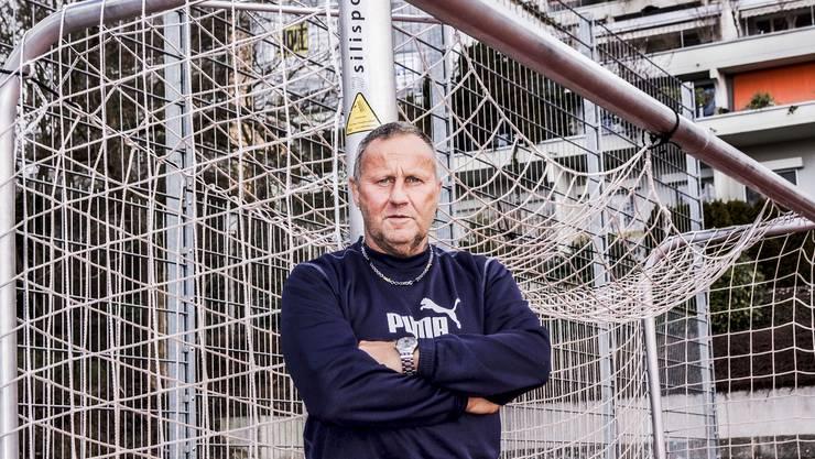 Beni Achermann auf dem Sportplatz beim Schulhaus Huebwis in Geroldswil, wo er arbeitet.