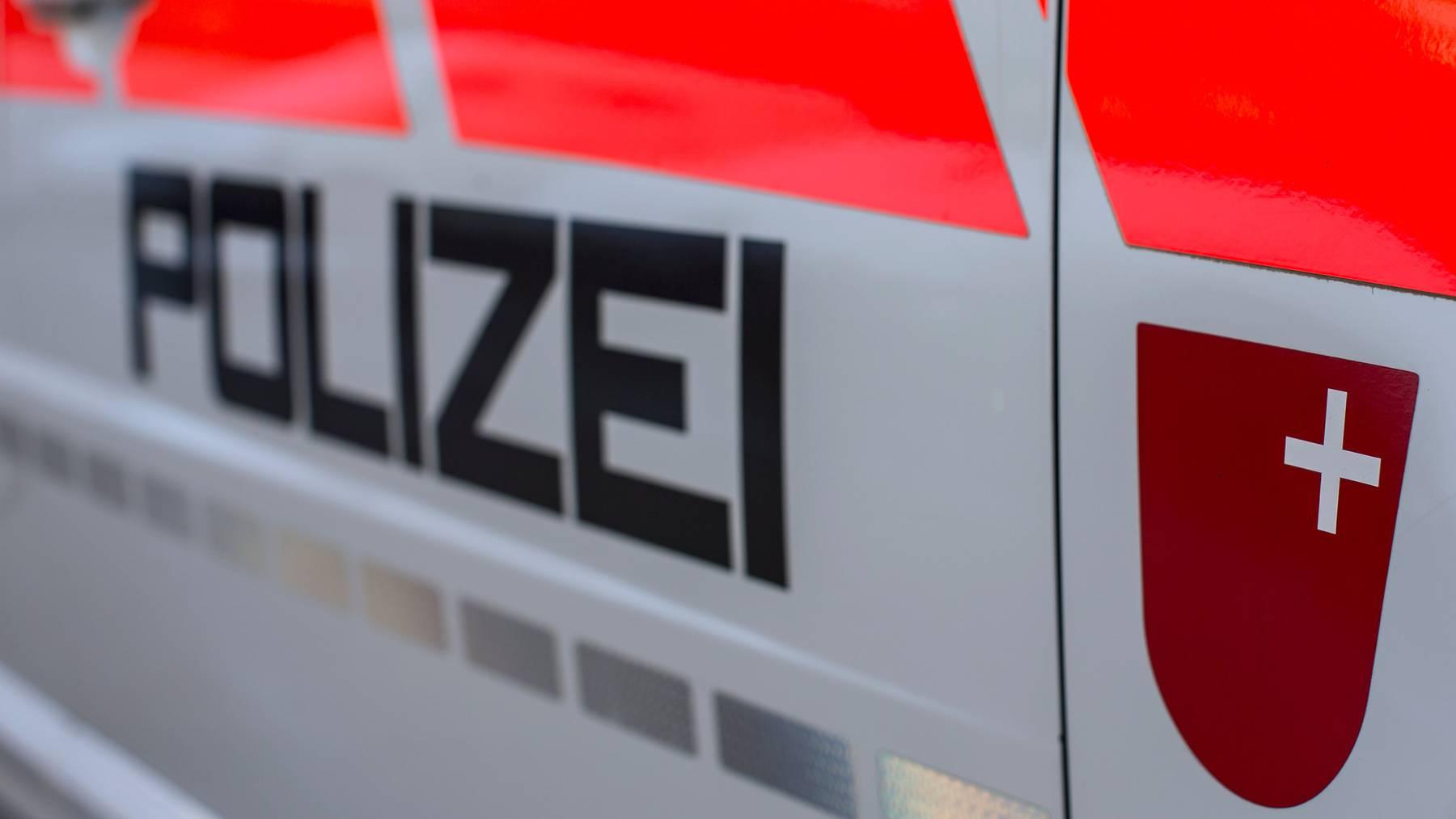 Die Kantonspolizei Schwyz vermeldete den schweren Unfall am Samstag.