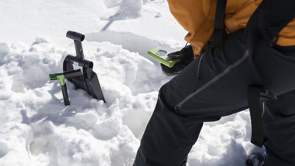 Üben mit dem Verschütteten-Suchgerät. Im zu Ende gehenden Winter sind mehr Menschen in Lawinen ums Leben gekommen als im langjährigen Durchschnitt. (Archivbild)