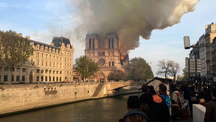 13 Millionen Touristen und Gläubige besuchen jährlich Notre Dame. Es ist die meistbesuchte Attraktion in Paris.