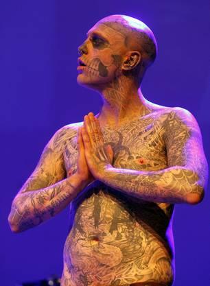 Zombie-Boy sieht mit seinen Tattoos wie ein Skelett aus.