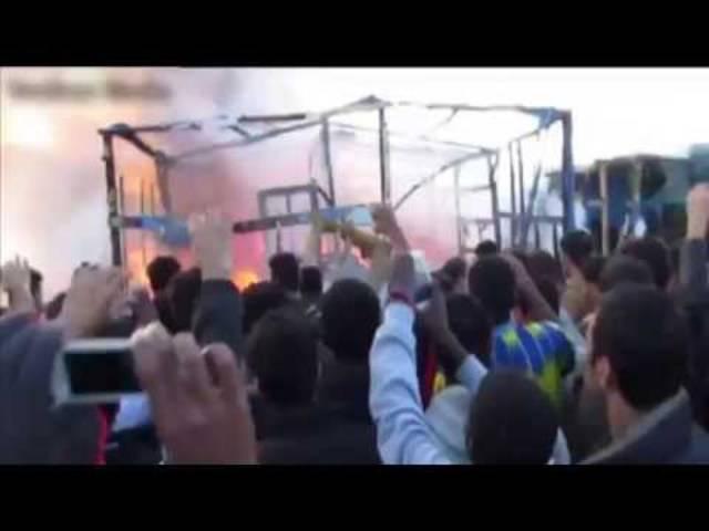 Eine Explosion verursachte offenbar Anfang Woche ein Feuer, wie diese Bilder aus dem Flüchtlingslager in Calais zeigen. (2.11.2015)