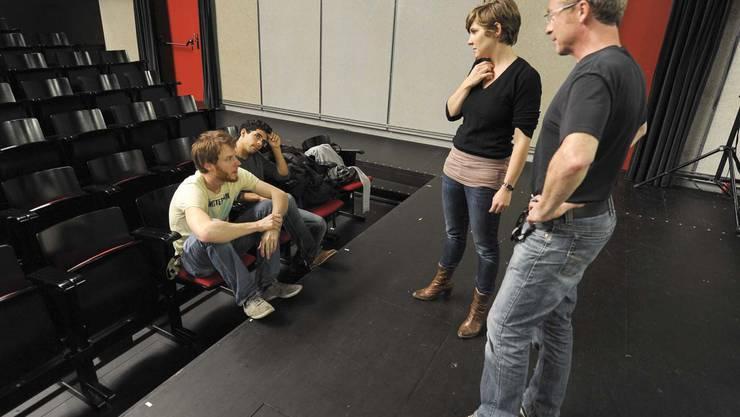 Daylight Robery besprechen technische Details mit Noemy und Robert vom Schauspielhaus.