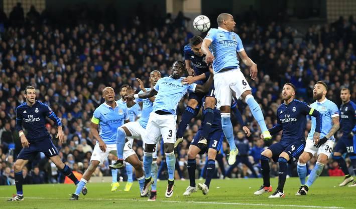 Carlos Henrique Casemiro (Real) kämpft mit Fernando (Man City)  um den Ball.