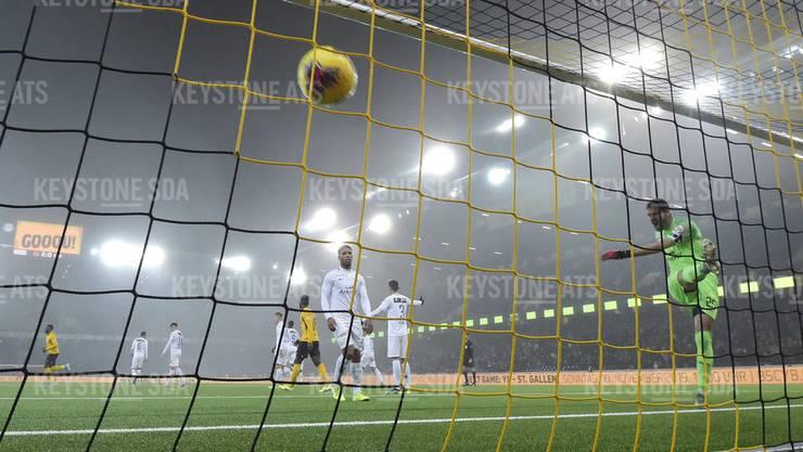 Wütend schlägt FCZ-Goalie Yanik Brecher nach dem 0:3 den Ball noch einmal ins Netz (Bild: key).