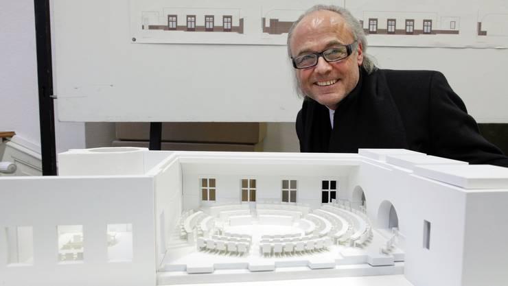 Archtiekt Guido Kummer vor dem Modell für den Kantonsratssaal