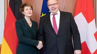 Bundesrätin Simonetta Sommaruga und Peter Altmaier, der deutsche Bundesminister für Wirtschaft und Energie, in Berlin.
