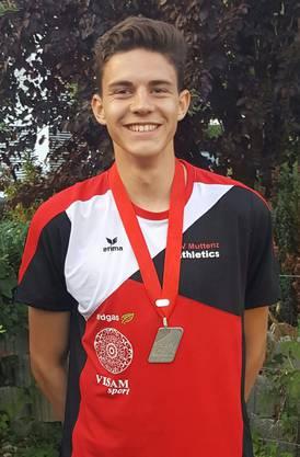 Ryan Wyss mit seiner U18M-Silbermedaille der 400 Meter