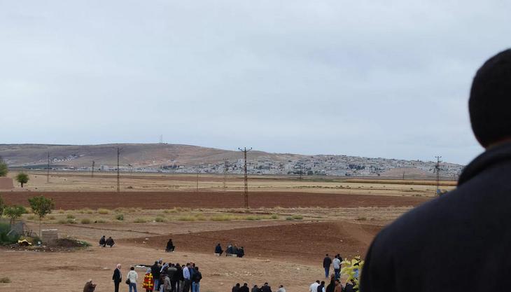 Kurden beobachten Kobane. Blick vom Dach der Moschee in Çaykara bei  Suruç.