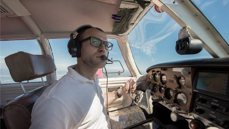 Manuel Vögtli sammelt in einer einmotorigen Mooney Flugstunden und spart Geld dank Mitfliegern, die er im Internet kennen gelernt hat.Alex Spichale