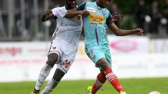 Basels Verteidiger Eder Balanta (links) am Sonntag im Cupspiel gegen Chiasso