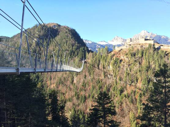 Die Hängebrücke Highline 179 führt in schwindelerregender Höhe hinüber zur Ruine Ehrenberg. Das sind 406 Meter für Mutwanderer.