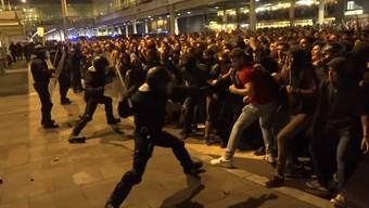 Tausende gingen in Spanien auf die Strasse um gegen das Urteil gegen die katalanischen Unabhängigkeitsführer zu demonstrieren. Dabei kam es zu wüsten Auseinandersetzungen zwischen Polizei und den Demonstranten.