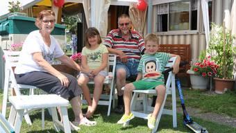 Karl Zehnder und Margrith Steffen geniessen den Besuch ihrer Enkel in Frick.