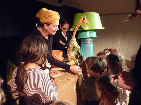 Die Kinder inszpizieren nach der Vorstellung die Tierfiguren