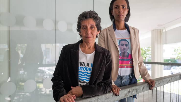 Maria da Penha Macena und Ana Paula Oliveira, die ein Bild ihres erschossenen Sohnes auf ihrem T-Shirt trägt.Mario Heller