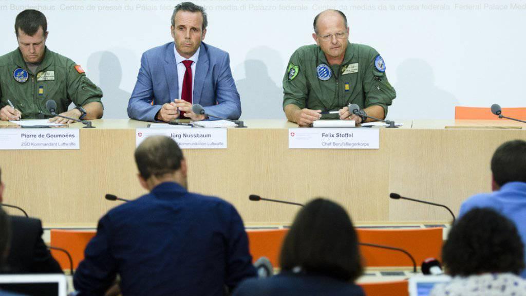 Zum Hergang des Unfalls des F/A-18-Kampfjets machten Vertreter der Luftwaffe mit Verweis auf die Untersuchung der Militärjustiz keine Angaben. Von links F/A-18-Pilot Pierre de Goumoëns, Luftwaffen-Sprecher Jürg Nussbaum und Felix Stoffel, Chef des Berufsfliegerkorps.