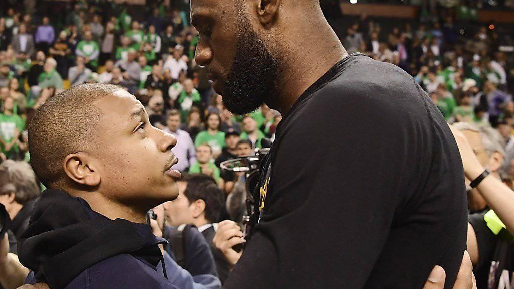 LeBron James (rechts) nimmt Gratulationen entgegen