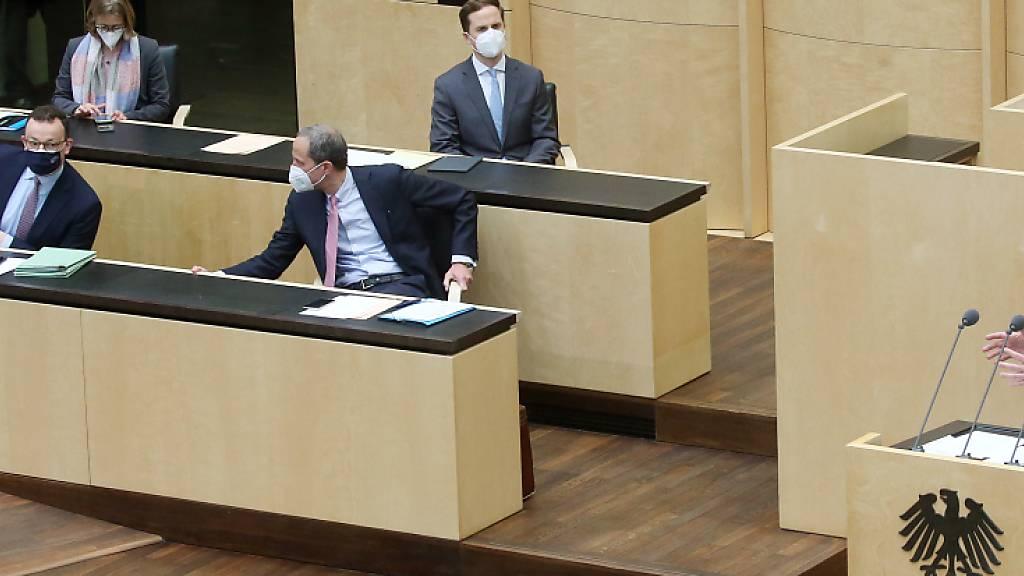 Volker Bouffier (CDU), Ministerpräsident in Hessen, spricht vor dem Bundesrat, während Jens Spahn (CDU, 2.v.l.), Bundesgesundheitsminister, den Ausführungen folgt. Foto: Wolfgang Kumm/dpa