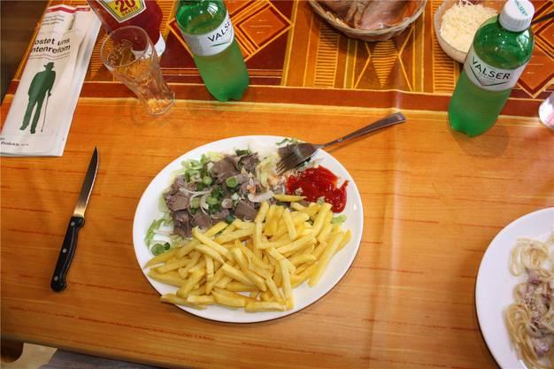 Das Siedfleisch mit Salat und Pommes schmeckt prima.