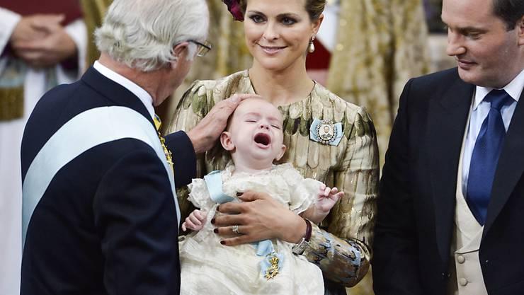 """Schwedens König Carl Gustaf streicht seinem Enkel Nicolas Paul Gustaf über den Kopf. """"Prinz Schreihals"""" war von seiner Taufe wenig begeistert."""