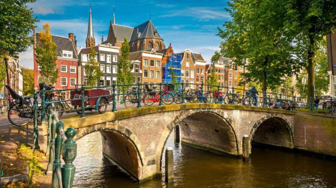 Verlockend: Amsterdam mit seinen Giebelhäusern aus vier Jahrhunderten und seinen malerischen Grachten. Foto: Fotolia