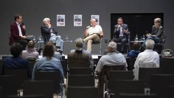 Das Podium und die mehrheitlich kritischen Fragen zum Gesetz aus dem Publikum zeigten: Es besteht viel Diskussionsbedarf.