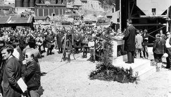 Vor 50 Jahren, am 5. Mai 1970, wurden die Bauarbeiten für den Gotthard Strassentunnel feierlich gestartet. Bundesrat Hanspeter Tschudi (am Pult)  hielt die Eröffnungsrede. (Archivbild)