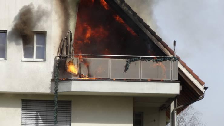 Die rechte Seite des Hauses brannte lichterloh.
