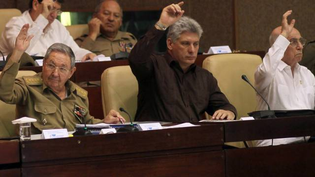 Präsident Raúl Castro (links) stimmt für das Gesetzesvorhaben