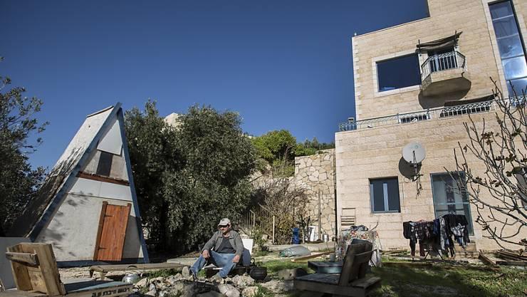 Airbnb hat Angebote in jüdischen Siedlungen im Westjordanland von seiner Website genommen: ein Siedler sitzt vor seinem Haus in Nofei Prat.