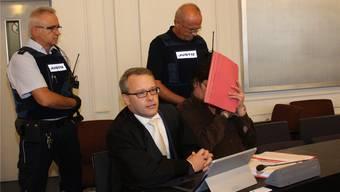Der Angeklagte Paul P. mit seinem Verteidiger Alexander Kist beim Prozessauftakt vor dem Karlsruher Landgericht.